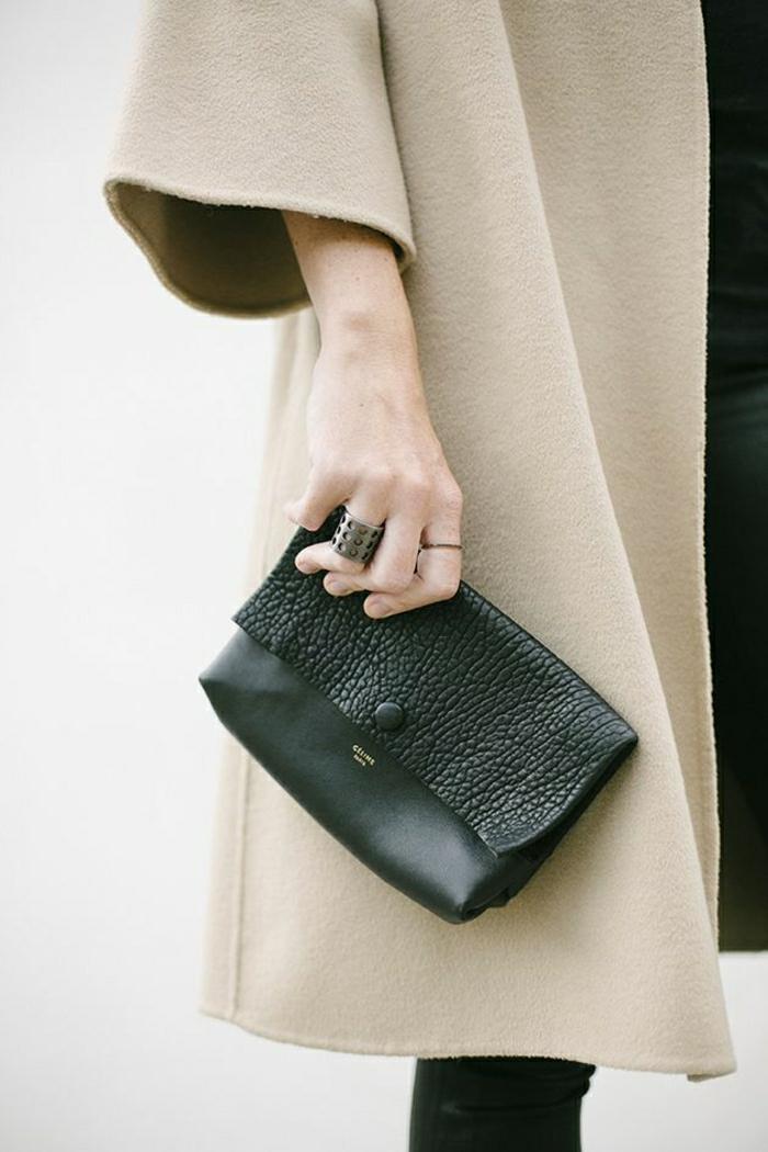 kleine-schöne-Designer-Clutch-beige-Mantel