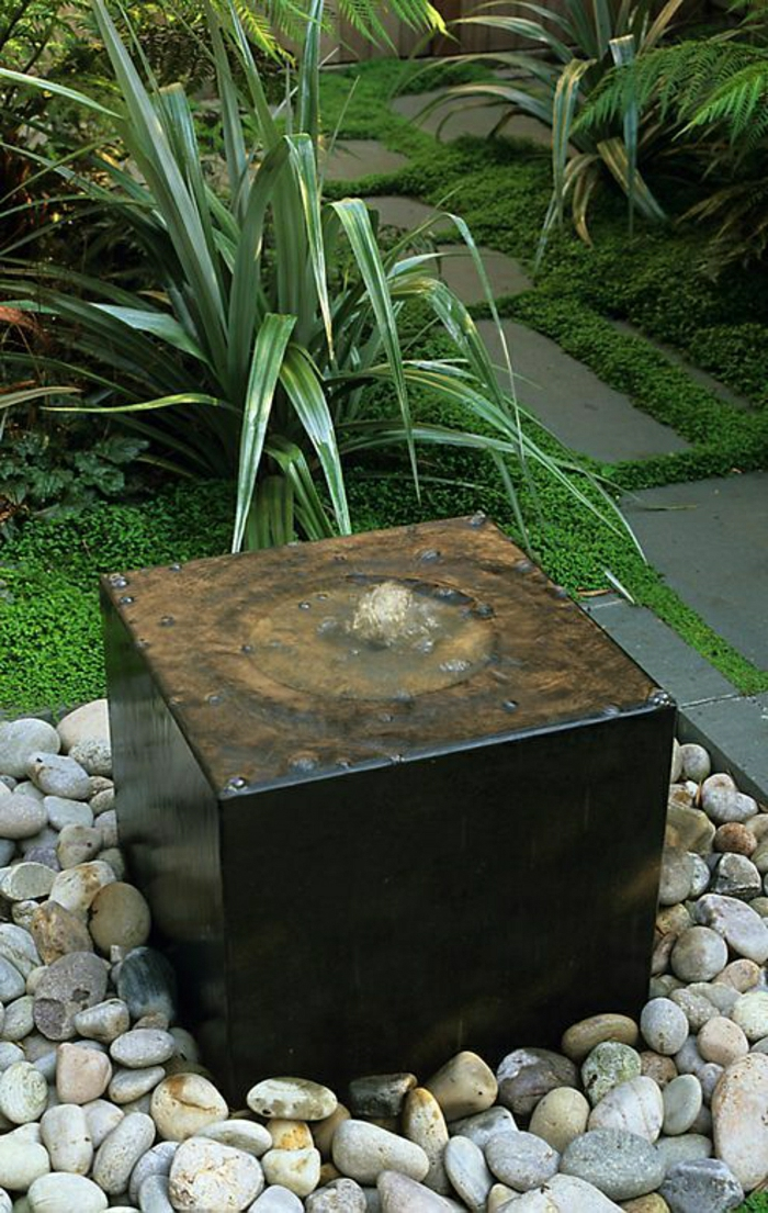 kleiner-Gartenbrunnen-dekorative-Steine-Grün