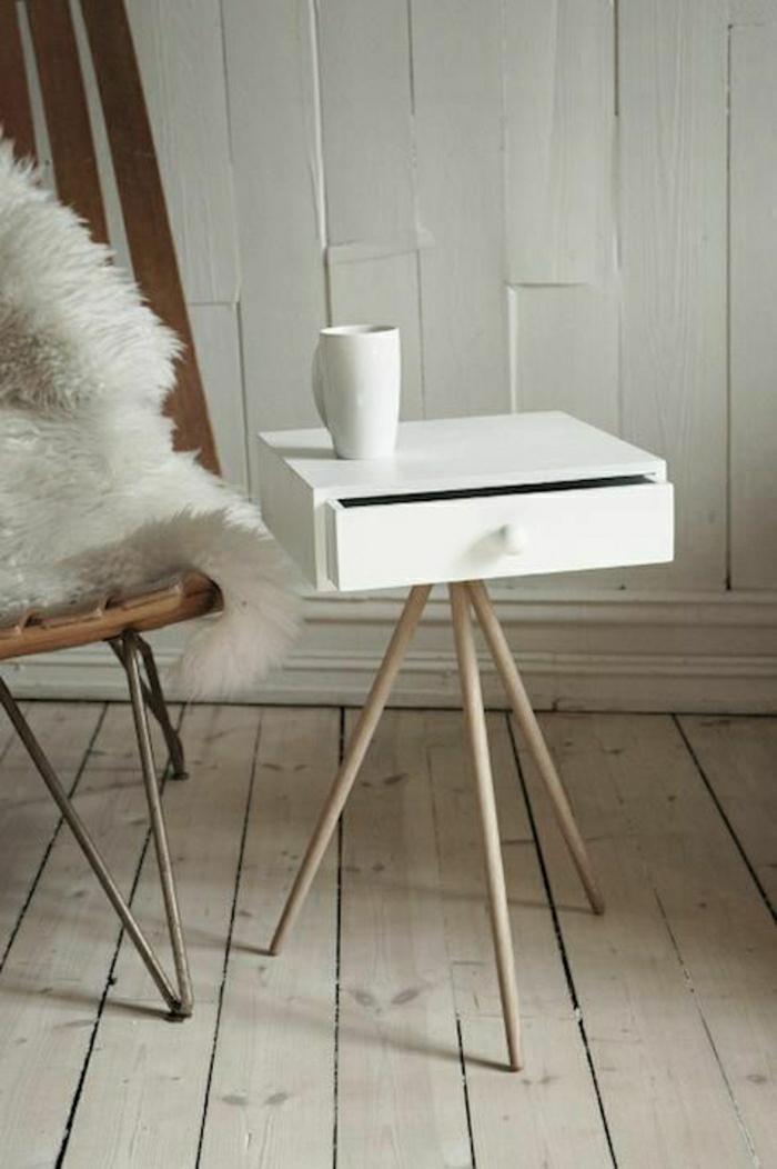 kleiner-Tisch-Schublade-weiß-Kaffeetasse-minimalistisch-skandinavisch