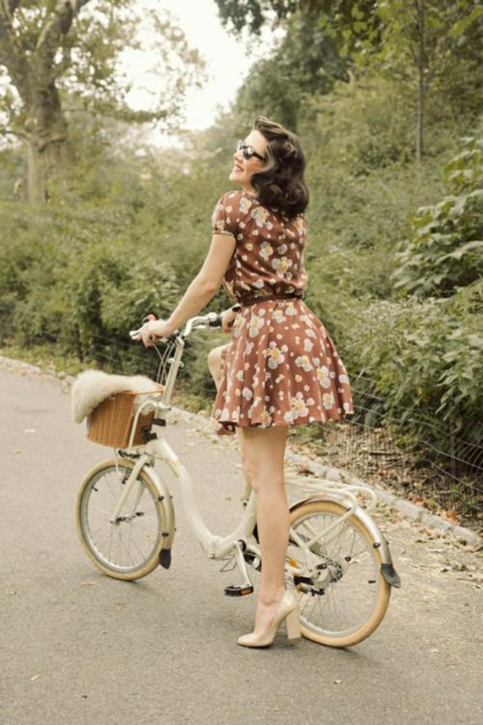 kleines-Fahrrad-retro-40er-Jahren-Mädchen
