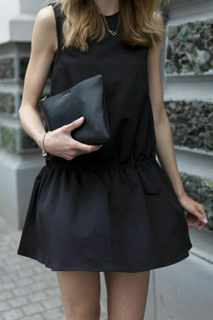 kurzes-schwarzes-Kleid-Clutch