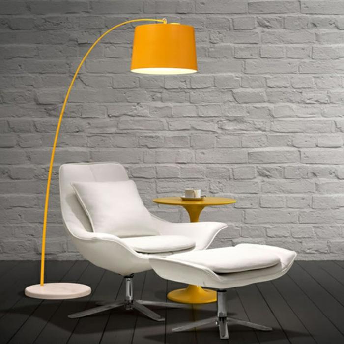 liegestühl-in-weiß-und-attraktive-bogenlampen