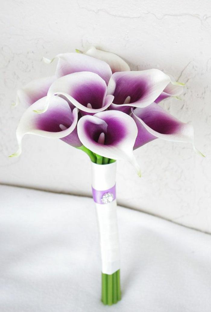 lila-blumensträuße-mit-wunderschönen-blumen-dekoration-deko-mit-blumen