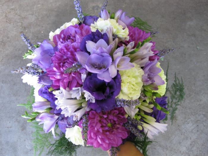 lila-blumenstrauß-mit-wunderschönen-blumen-dekoration-deko-mit-blumen