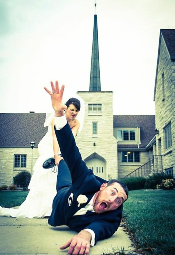 lustige-hochzeitsbilder-eine-braut-und-der-bräutigam-auf-dem-boden