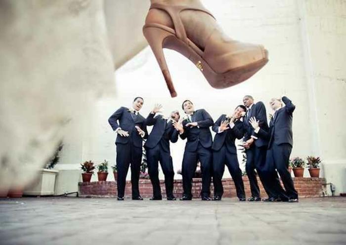 lustige-hochzeitsbilder-wunderschöne-idee-eine-schuh-auf-allen-männer