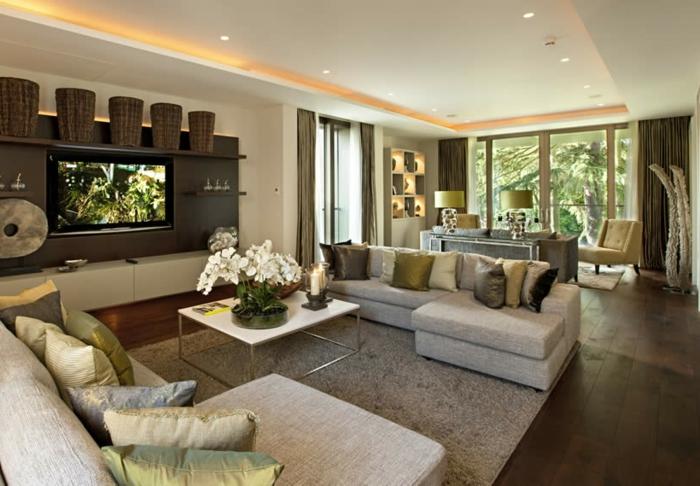 luxus wohnzimmer modern:luxus wohnzimmer mit weißen orchideen auf dem tisch