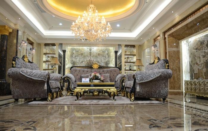 luxus-wohnzimmer-großartiger-kronleuchter-weitläufiger-raum