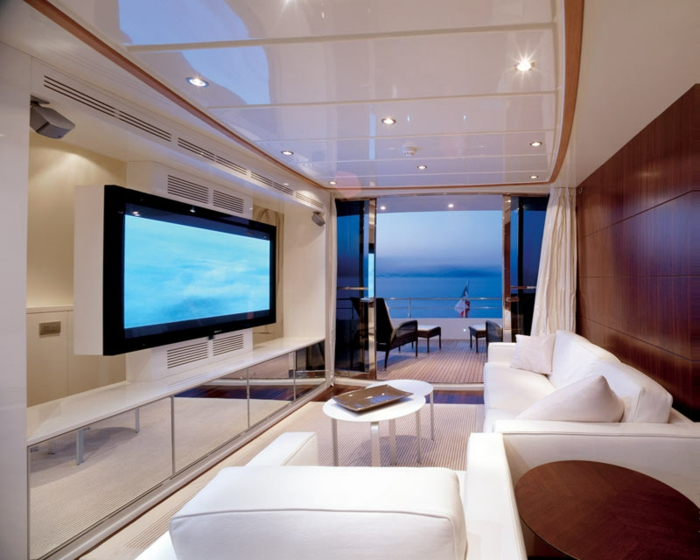 luxus wohnzimmer modern:luxus-wohnzimmer-großer-fernseher-an-der-wand