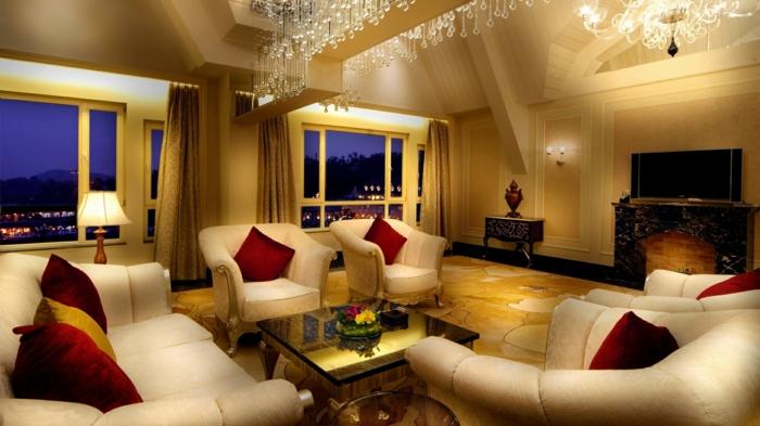 luxus-wohnzimmer-viele-dekokissen-auf-dem-sofa