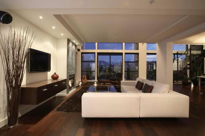 luxus-wohnzimmer-weißes-sofa-fernseher-an-der-wand