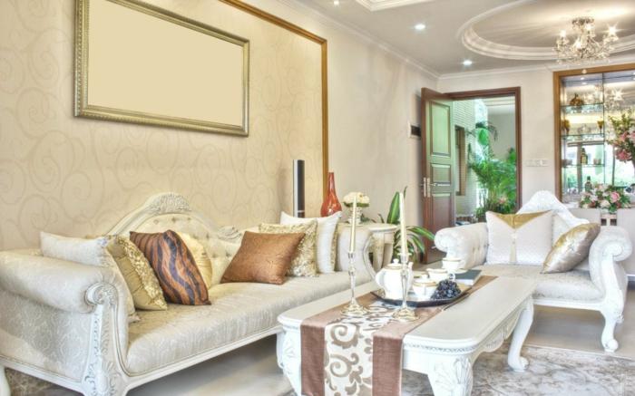 luxus-wohnzimmer-weißes-sofa-und-dekokissen-eleganter-tisch-daneben