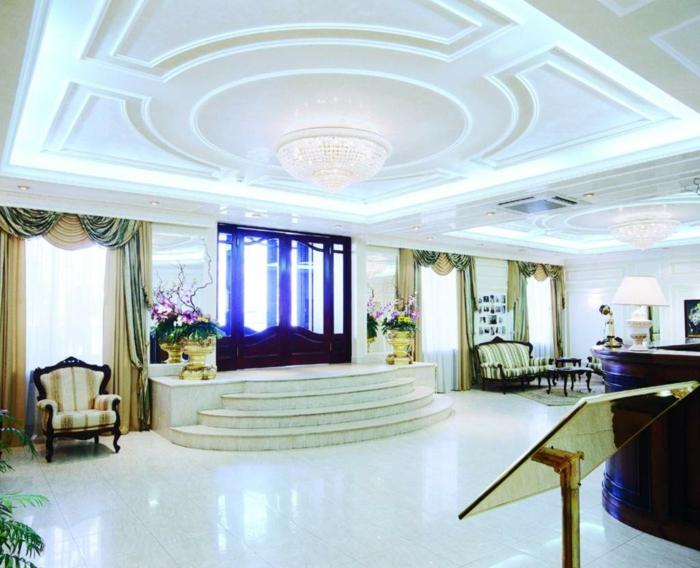 luxus-wohnzimmer-weitläufiger-raum-helle-gestaltung