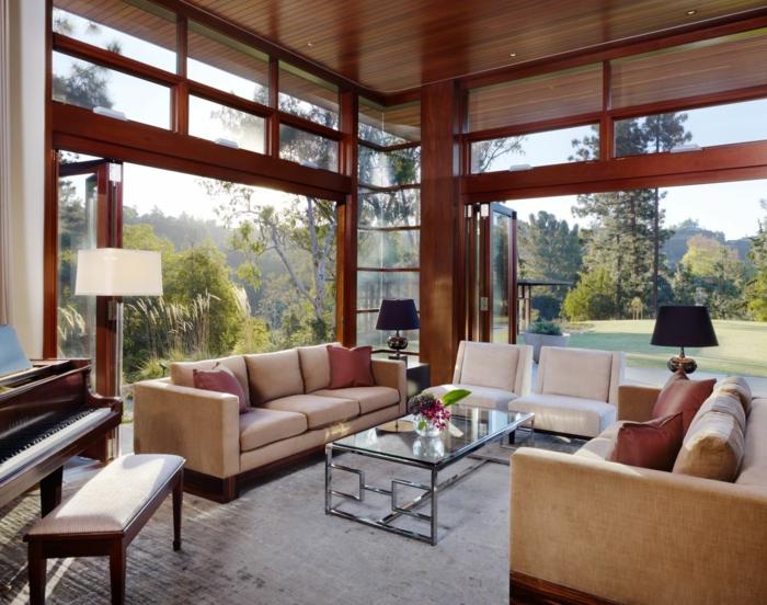 luxus-wohnzimmer-zwei-beige-sofas-dekokissen
