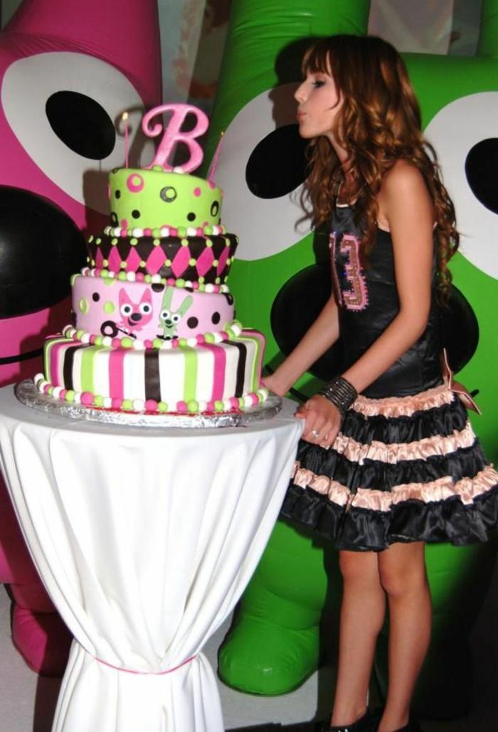 mädchen-torte- eine-dreizehnjährige-junge-dame
