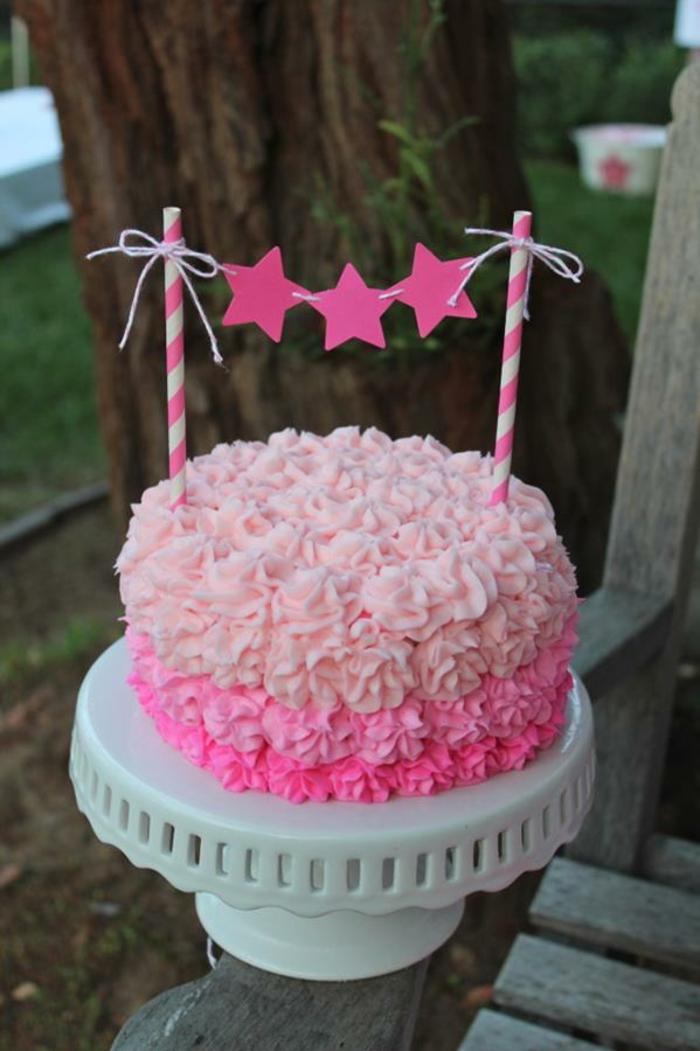 mädchen-torte-rosig-und-sehr-süß-aussehen