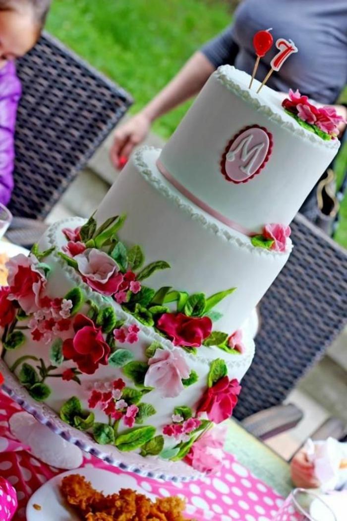 mädchen-torte-sehr-elegante-ausstattung
