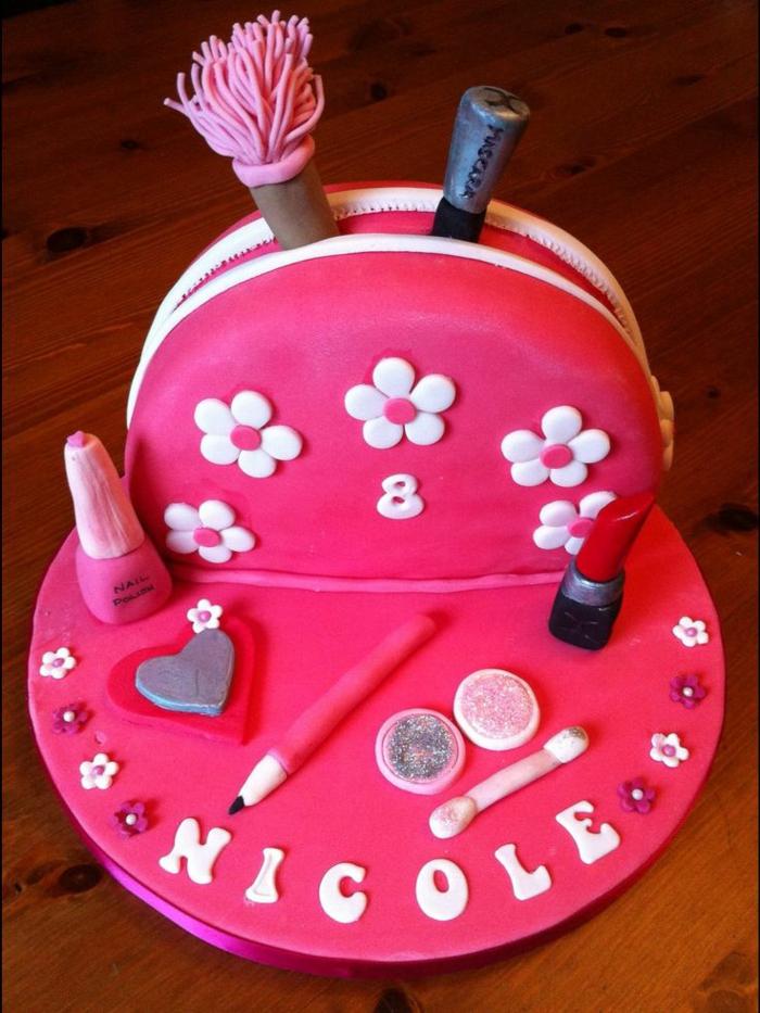 mädchen-torte- zyklemenfarbe - foto-von-oben-genommen