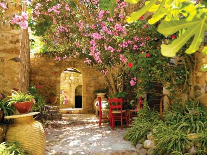 mediterrane-Gartengestaltung-Blumen-Keramik-rote-Stühle