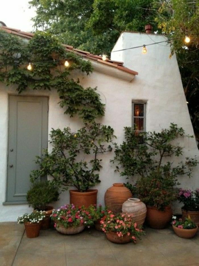 mediterrane-Gartengestaltung-Grün-Blumen-Leuchten