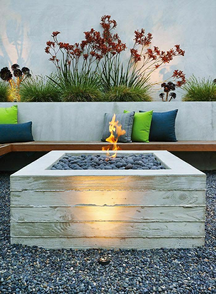 mediterrane-Gartengestaltung-dekorative-Steine-Feuer-farbige-Kissen