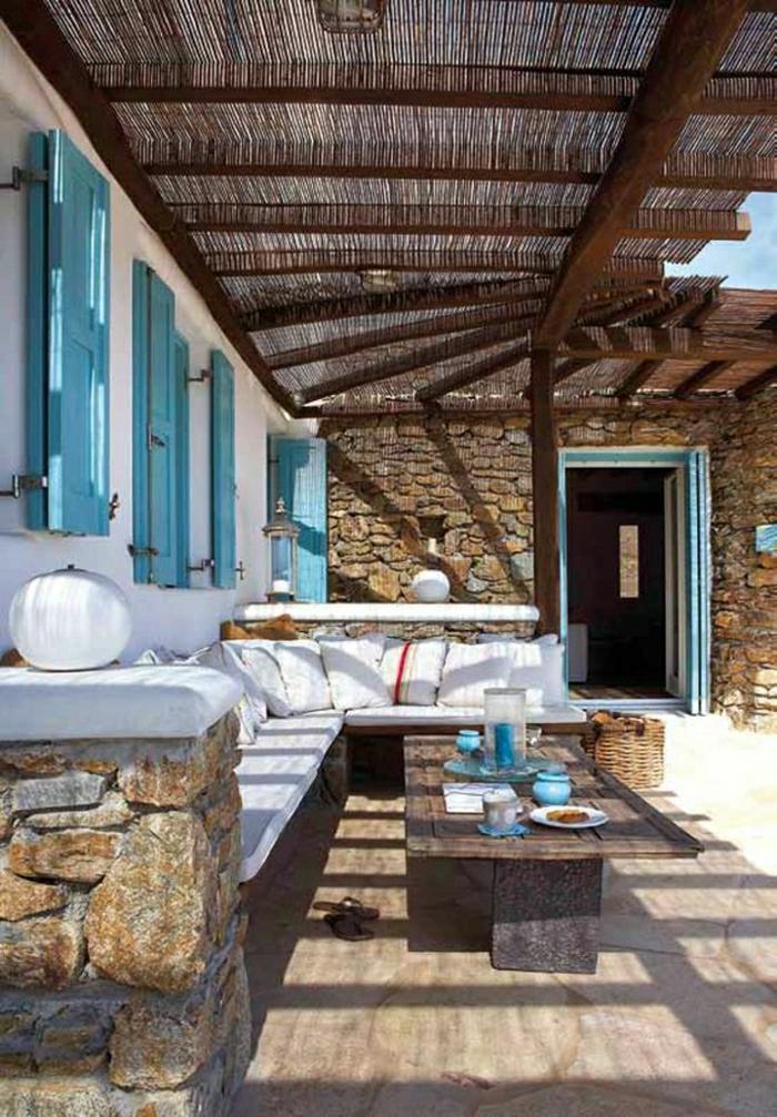 mediterrane-Gartengestaltung-türkisblaue-Fensterläden-weiße-Kissen