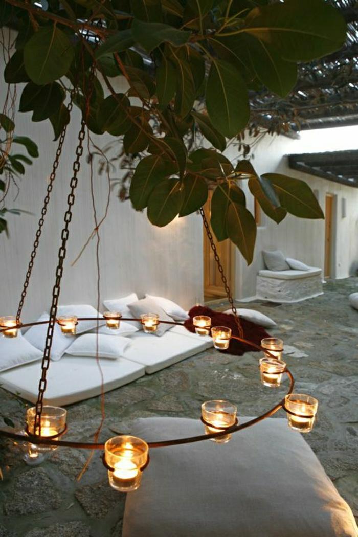 mediterrane-Gartengestaltung-weiße-Kissen-Teelichter