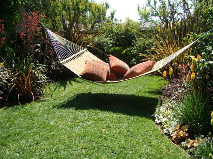 mediterrane-Gartengestaltung-Hängematte-bunte-Kissen-Gras-Sträuche