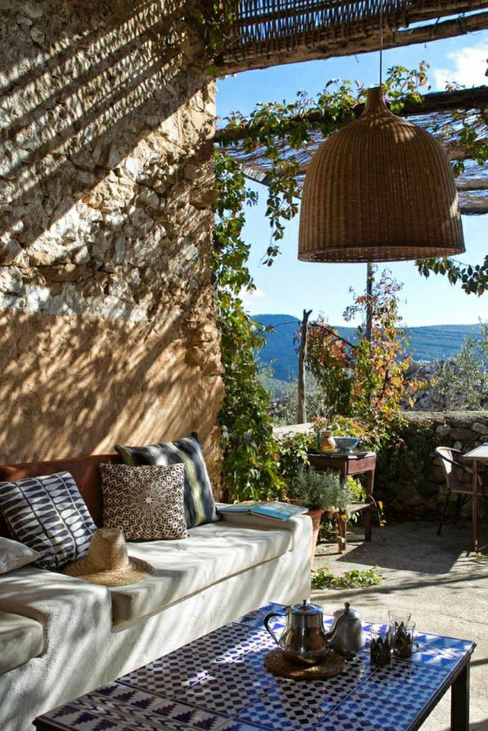 mediterraner-Garten-bunte-Kissen-schöne-Ansicht-Rattanlampe-Tisch-Tee-Mosaik