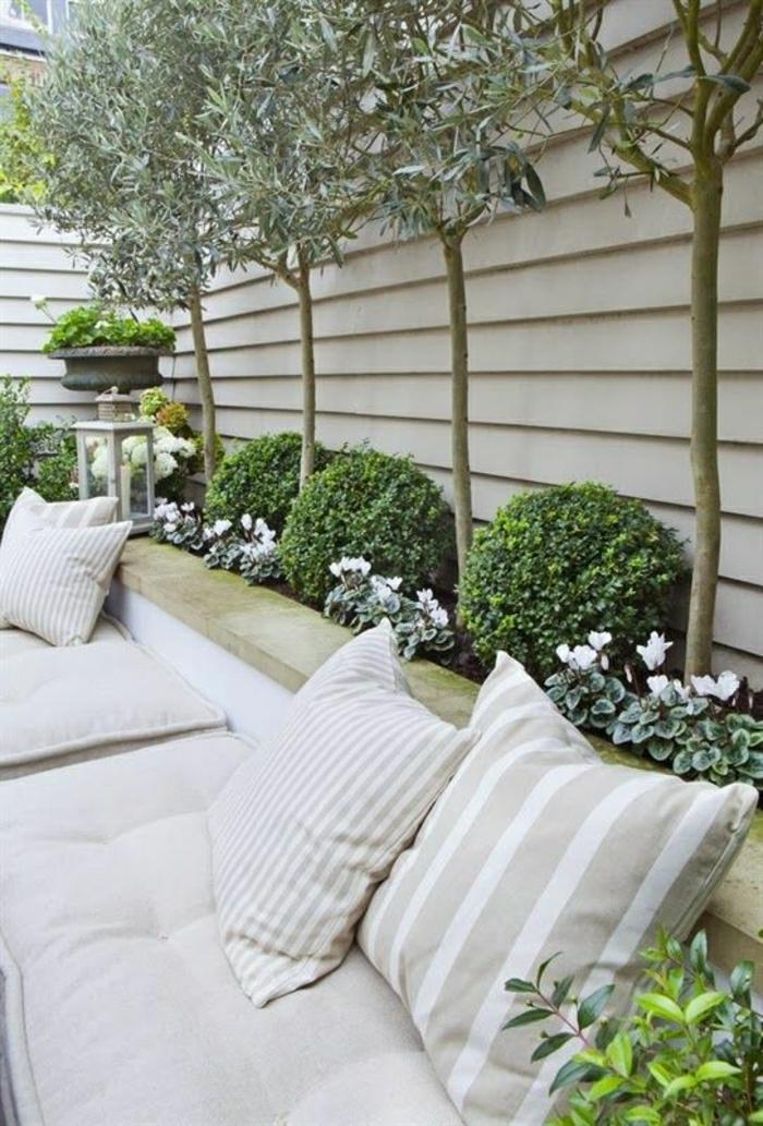 mediterraner-Garten-gestreifte-Kissen-weiß-beige-Olivenbäume