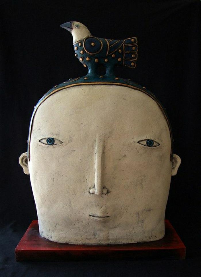 moderne-Skulpturen-Keramik-Vogel-menschliches-Gesicht