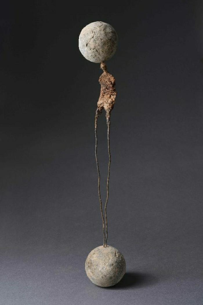 moderne-Skulpturen-menschlicher-Körper-Kugeln