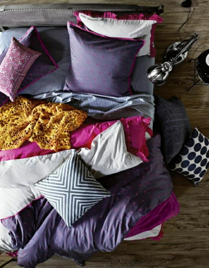 moderne-Wohnunh-bunte-Bettwäsche-lila-rosa-graphische-Muster
