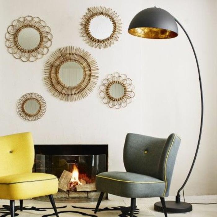 moderne-bodenlampe-im-gemütlichen-wohnzimmer-mit-spiegeln-an-der-wand