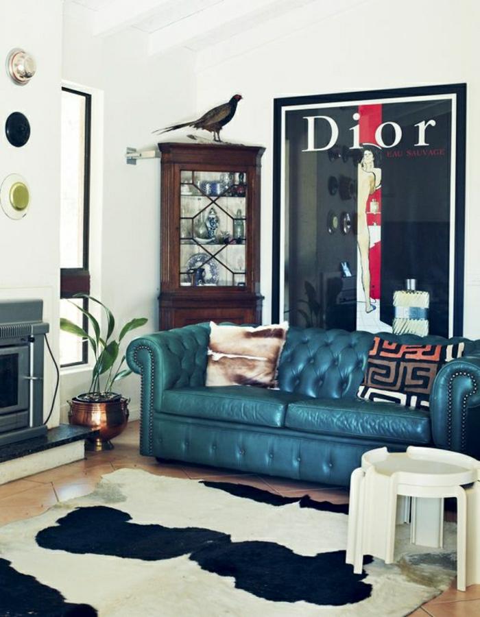 modernes-Interieur-Eklektik-Kamin-Vintage-Dior-Poster-Meeresfarbe-Chesterfield