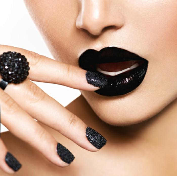 nageldesign-in-schwarz-neben-schwarzen-lippen