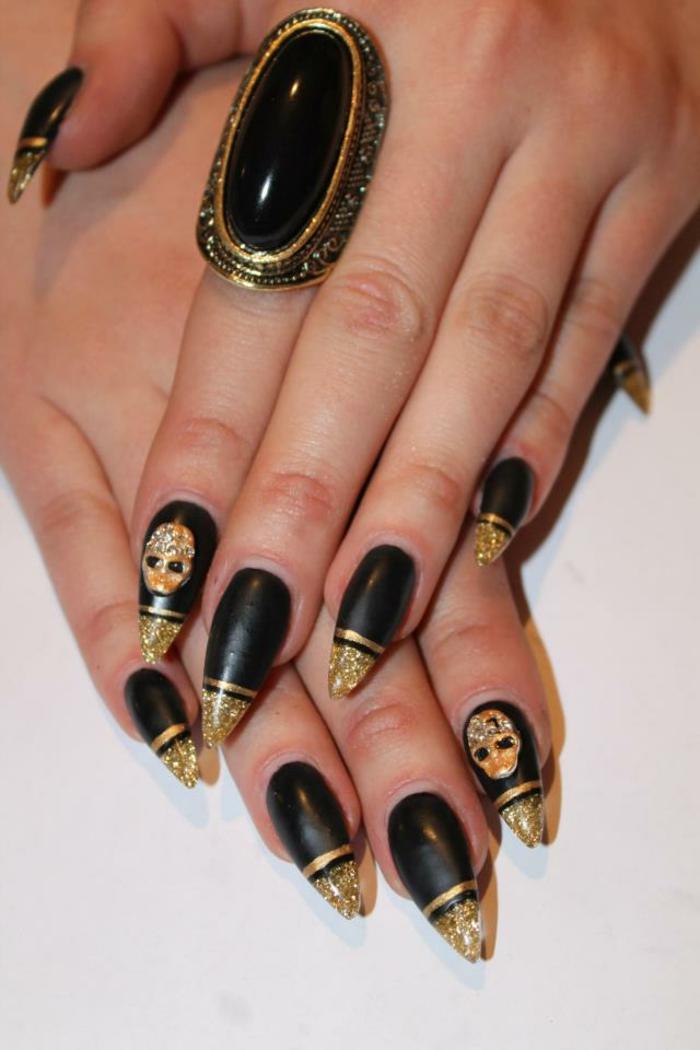 nageldesign-in-schwarz-schöner-ring