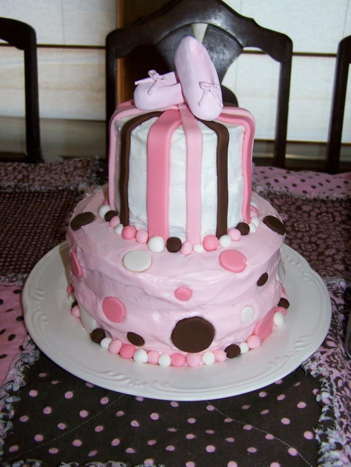 originelle-mädchen-torte-in-rosigen-farbschemen
