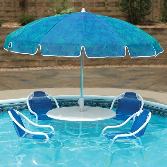 pool-bilder-blauer-sonnenschirm-und-stühle-im-wasser
