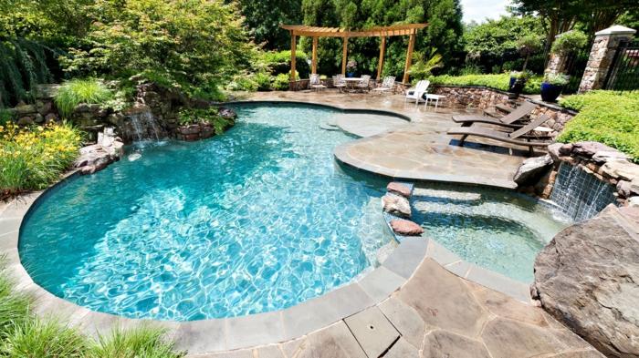 pool-bilder-coole-steine-daneben-bild-von-oben-genommen