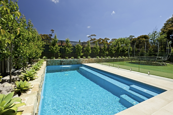 pool-bilder-treppen-grüne-umgebung-eckige-form
