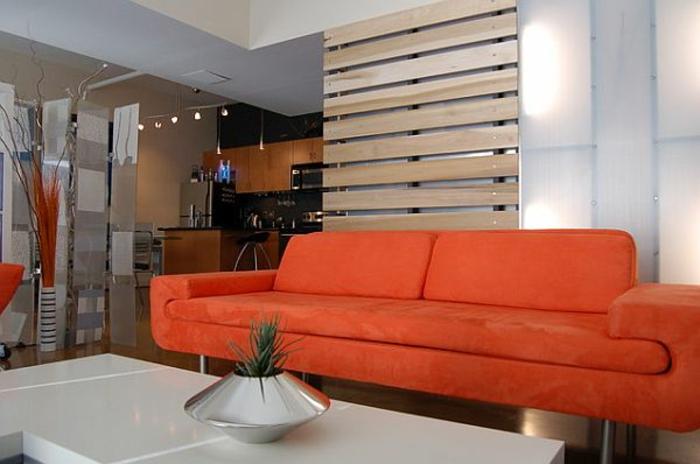 raumtrenner-aus-holz-modernes-orange-sofa