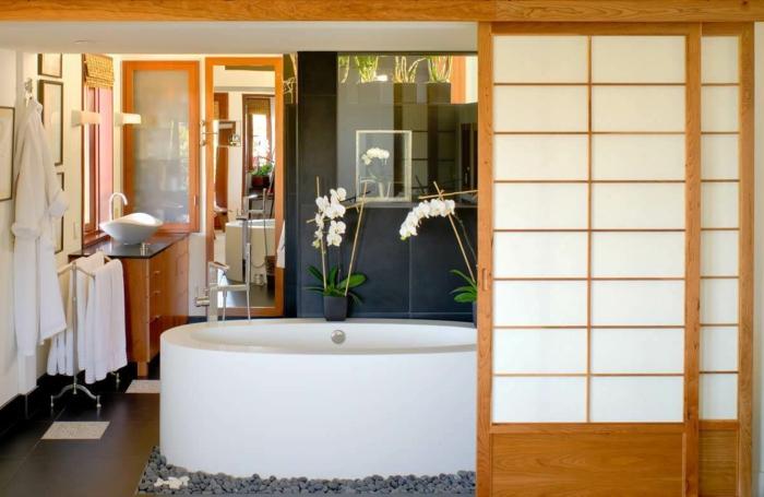 raumtrenner-aus-holz-weiße-badewanne