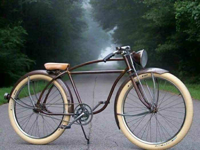 retro-Fahrrad-dicke-Räder-Wald-Nebel