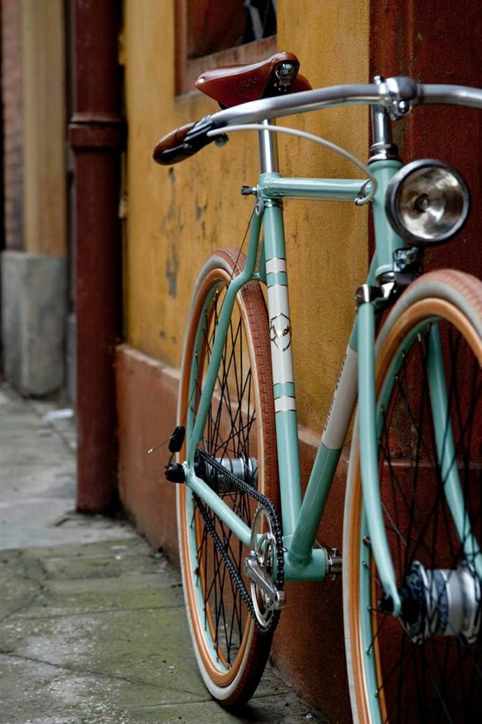 retro-Fahrrad-farbiger-Rahmen-Stadt-Straße