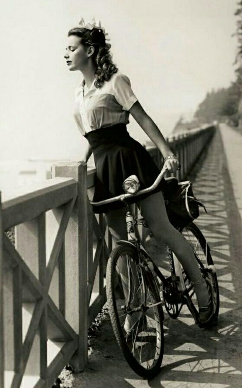 retro-Fahrrad-vintage-schwarz-weißes-Foto-Mädchen-Brücke