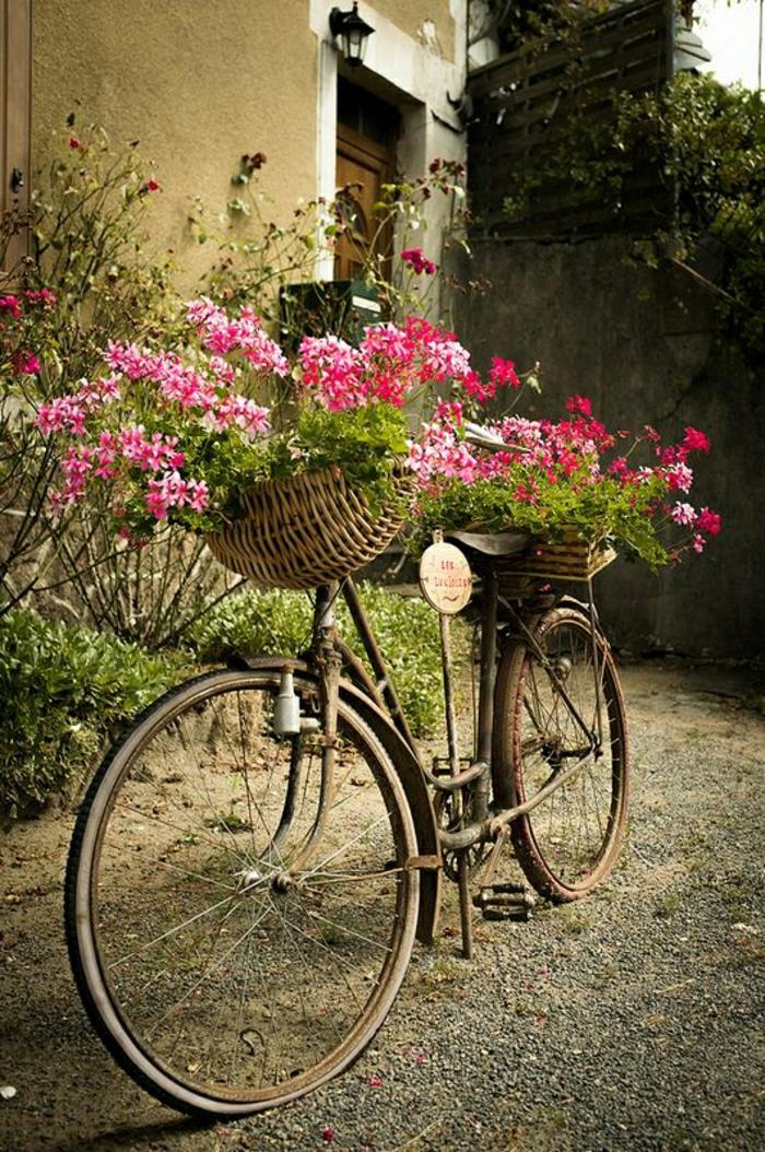 retro-altes-Blumen-Fahrrad-Körbe-Haus