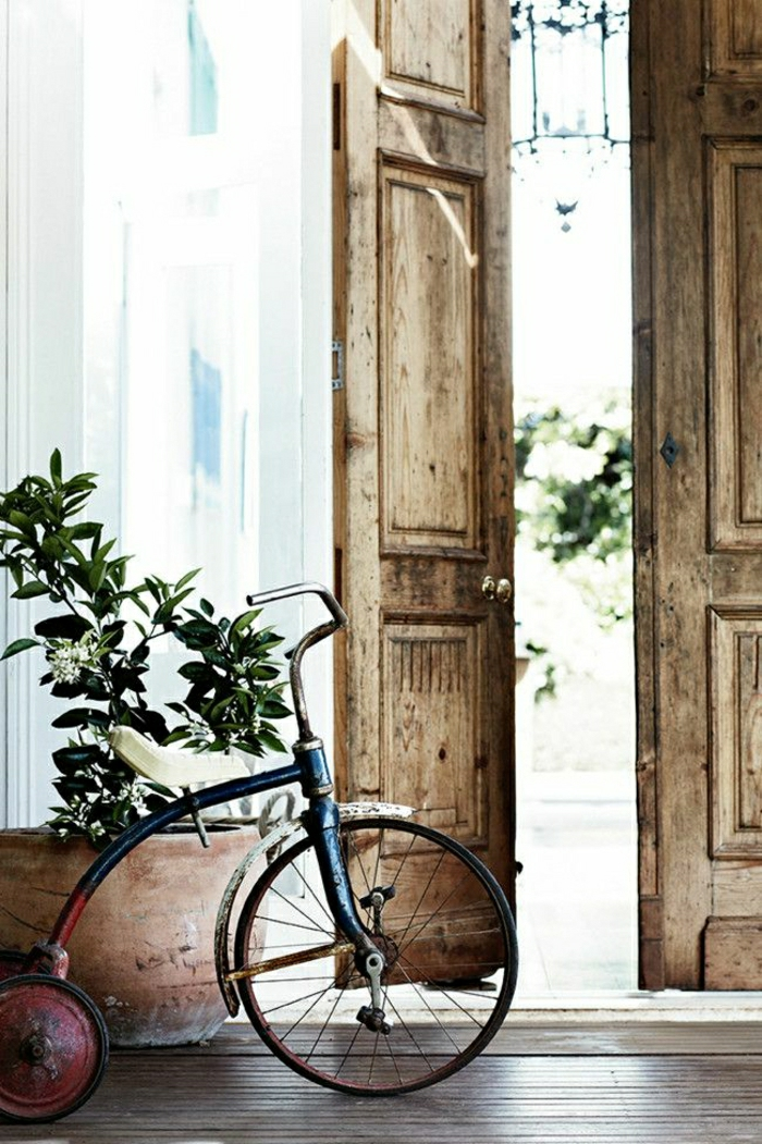 retro-dekoratives-Fahrrad-Haus-Tasmanien-Blumentopf-Holztür