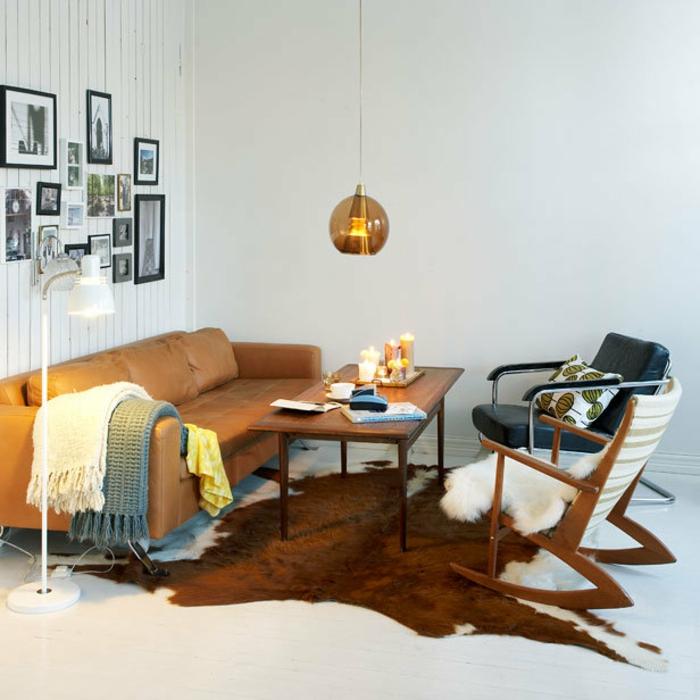 retro-wohnzimmer-bilder-an-der-weißen-wand