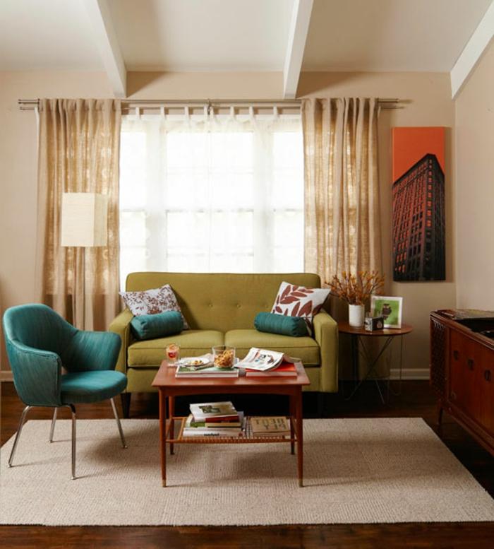 retro-wohnzimmer-dekokissen-auf-dem-sofa